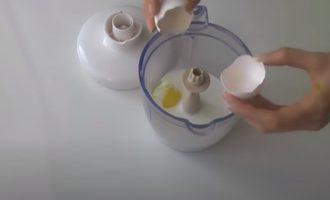 Добавить яйца в молоко