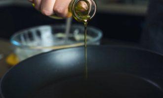 Налить масло на сковороду
